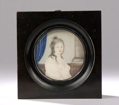 École française du XIXe siècle. Portrait d'une femme au sein dénudé devant un fond...