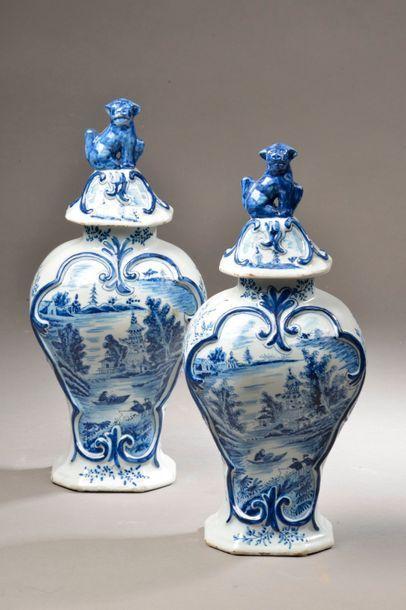 DELFT. Paire de potiches balustres couvertes en faïence à décor en camaïeu bleu...