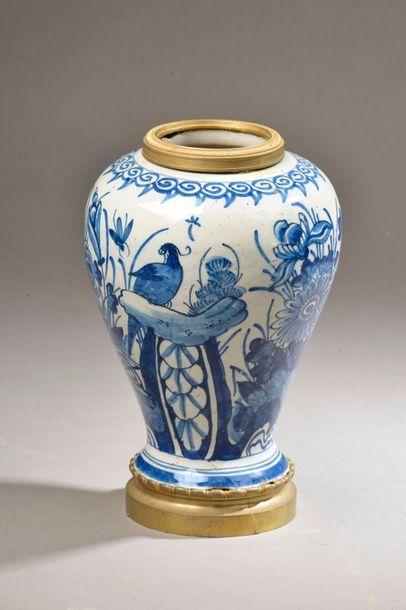 DELFT. Vase balustre en faïence à décor en...