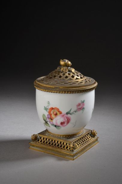 Tasse en porcelaine tendre à décor polychrome...