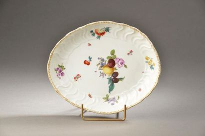 MEISSEN. Petite jatte ovale en porcelaine à décor de fleurs et fruits, l'aile estampée...