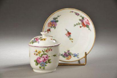 MENNECY. Petit pot à crème couvert en porcelaine tendre à décor de fleurs dans les...