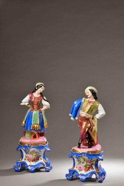 Paire de statuettes en porcelaine polychrome...