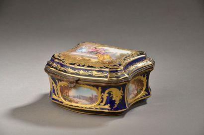 Boîte chantournée en porcelaine à décor polychrome...
