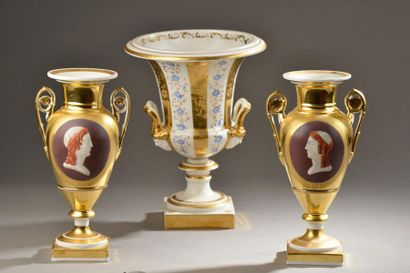PARIS. Deux vases formant paire en porcelaine...