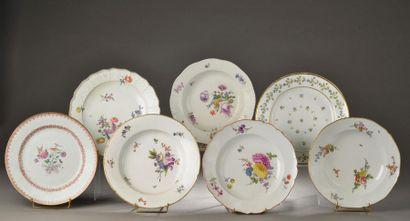 Ensemble d'assiettes en porcelaine comprenant...