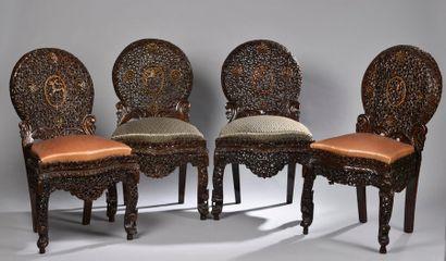 Suite de quatre chaises à dossier médaillon...