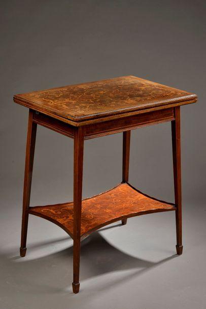 Table à jeux à décor marqueté de bois clair...
