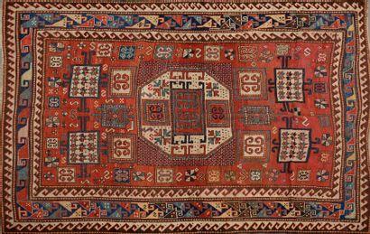 CAUCASE. Tapis en laine à motifs géométriques...