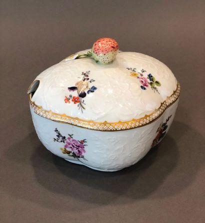 MEISSEN. Confiturier quadrilobé en porcelaine à décor polychrome de fleurs et bouquets,...