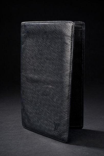 LOUIS VUITTON. Portefeuille en cuir taïga noir, il découvre six compartiments à...