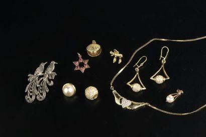 Lot de petits bijoux en métal doré et or bas titre : cinq pendentfs, deux paires...