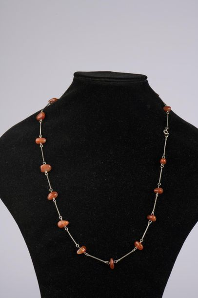 Deux colliers, une chaîne giletière et trois pendentifs en argent. Poids brut :...