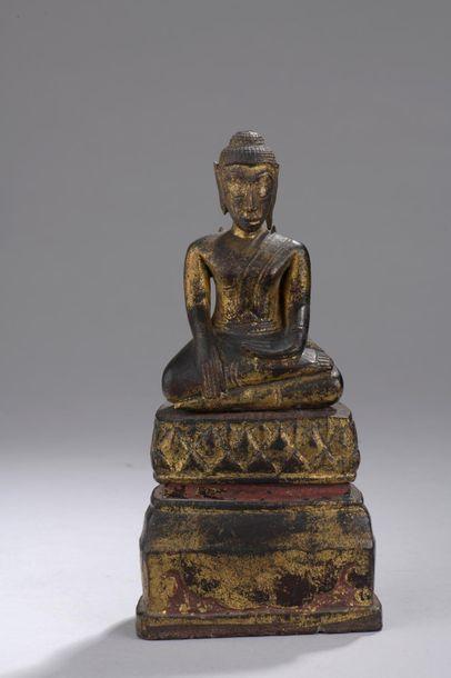 Bouddha assis en position de la prise de la terre à témoin, en bois sculpté et doré...