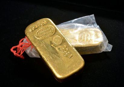 Deux lingots d'or numérotés 394726 et 394727....