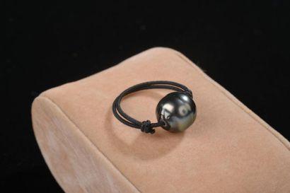 *Ensemble de 46 bagues en fil noir, ornées d'une perle de culture baroque de Tahiti...