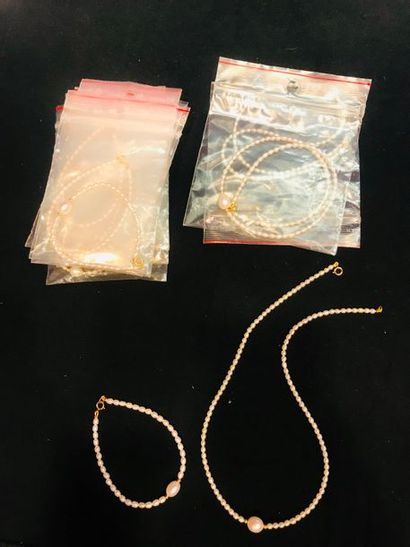 *Ensemble de 14 bijoux comprenant: - 3 colliers...
