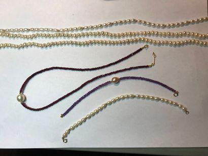 *Ensemble de 6 bijoux comprenant: - 3 colliers...