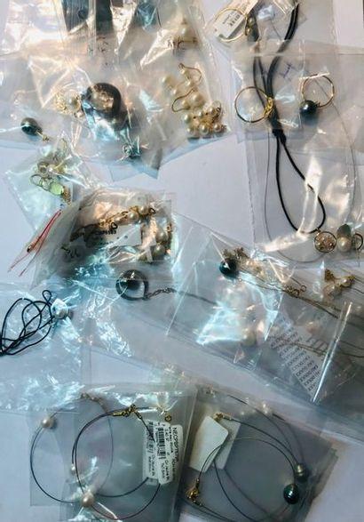 *Ensemble de 43 bijoux comprenant: - 9 colliers...