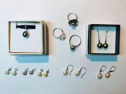 *Ensemble de 64 bijoux en argent comprenant:...