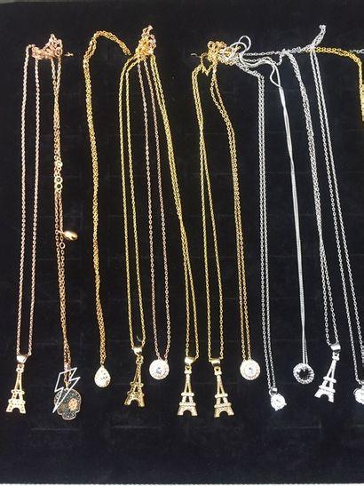 *Ensemble de bijoux fantaisie en métal doré...