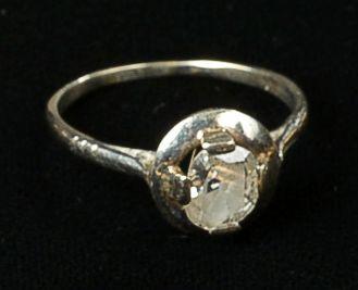 Solitaire en or blanc orné d'un diamant ovale...