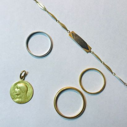 Ensemble de bijoux en or comprenant: - Deux...