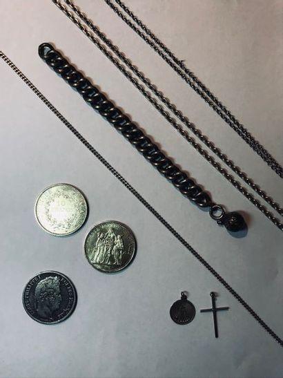 Ensemble en argent comprenant : - Trois pièces d'argent : 5 francs Louis Philippe...