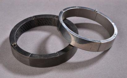 *Deux bracelets articulés en titane, l'un...