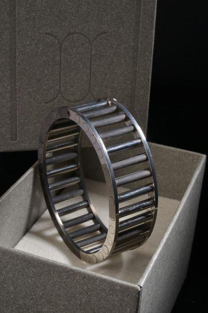 *Bracelet en acier plaqué noir et chromé,...