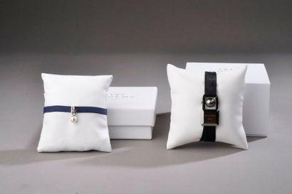 *2 bracelets en tissu noir élastique retenant...