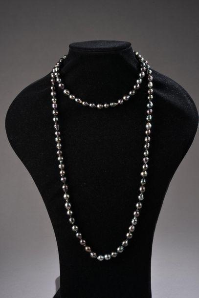 *Ensemble de 8 colliers de perles de culture...