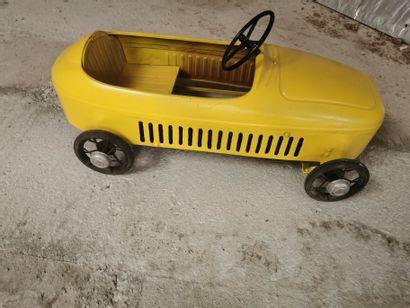 Petite voiture à pédales de couleur jaune,...