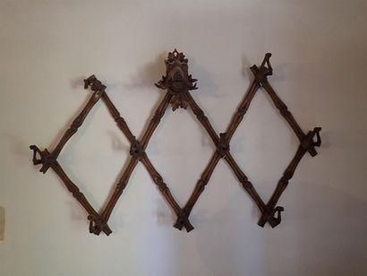 Porte-cravaches en bois, imitation bois de cerf et hure de sanglier. Accidents. H: 92 cm. L: 143 cm