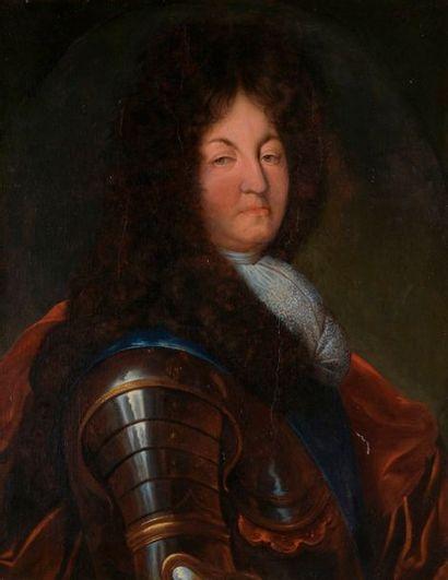 D'après Hyacinthe RIGAUD Portrait en petit buste de Louis XIV en armure Huile sur toile (Rentoilée,restaurations anciennes, repeints sur visage, chevelure). Cadre en bois et stuc doré accidenté. Manque et cadre coupé. Dimensions: 81x65 cm.
