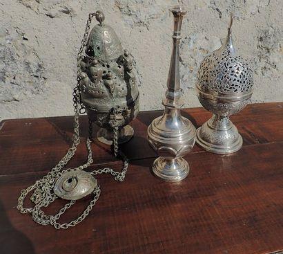 Lotcomprenant: Un aspersoir, un encensoir et une boule à encens en métal.