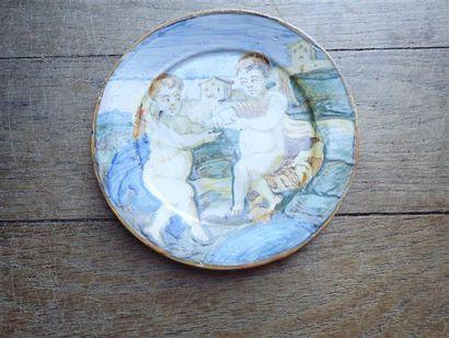 CASTELLI. petite assiette en faïence italienne à décor de putti.  XVIIIeme siècle .