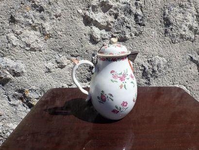 Pot à lait en porcelaine à décor de bouquets de fleurs. Compagnie des Indes. XVIIIème siècle. Monture en argent rapportée postérieurement.