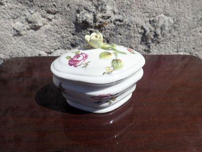 Sucrier couvert en porcelaine à décor de fleurs.  Allemagne ou Suisse Alémanique.  XVIIIème siècle.