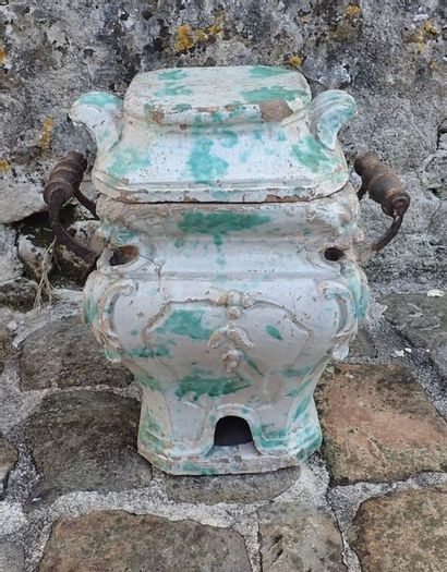 Pot à feux en terre cuite vernissée à glaçure blanche et verte. (Accidents). Epoque XVIIIème siècle. H: 40 cm. L: 33 cm