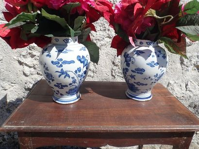 DELFT? Paire de potiches en faïence à décor de fleurs. H: 27 cm. (égrenures).