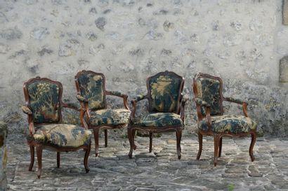Suite de quatre fauteuils cabriolet en noyer mouluré sculpté de fleurettes. Garniture de tapisserie de verdure (mauvais état). Epoque Louis XV. Accidents et restaurations. H: 88,5 cm. L: 58 cm. P: 43cm.