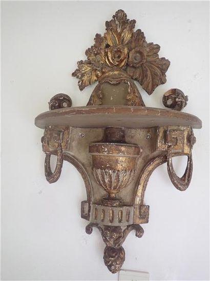 Une paire de consoles d'appliques en bois sculpté et doré à motif central d'un vase, pommes de pin, chutes de grecques et motifs de fleurs. Style Louis XVI. Dimensions: 71x42,5cm