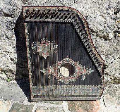 Cithare (Auto-Harpe). L: 48 cm. l: 41 cm.