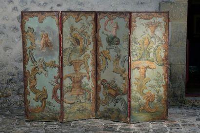 Paravent à quatre feuilles en toile peinte, à décor de rinceaux, nymphe chevauchant un triton, fontaines et putti dans les cieux. Epoque Régence. Accidents (enfoncements, manques et restaurations) Dim. de chaque feuille: 149,5x55 cm.