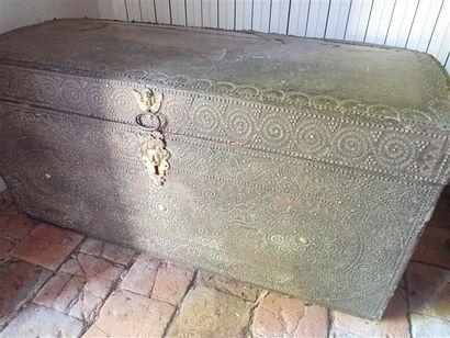 Coffre en bois gainé de cuir et clous d'acier aux motifs d'arabesques, entrée de serrure en mascaron. Epoque XVIIème siècle. Accidents, manques de cuir. Dimensions: 115x57,5cm