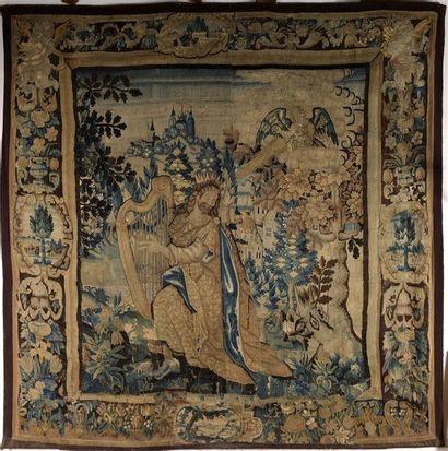 Le Roi David. Deux fragments de tapisserie en laine assemblés. Flandres, XVIIème siècle. Accidents et restaurations. Dimensions: 278x290 cm.