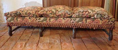 Banquette en bois naturel, pieds en os de mouton de style Louis XIII, garniture de tapisserie moderne. Dimensions: 192x 65 cm