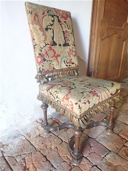 Paire de chaises de style Louis XIII avec piètement balustre et entretoise, garniture de tapisserie au petit point. H: 100. L: 48cm P: 43 cm.