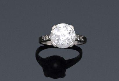 Bague solitaire en platine (950°/00) sertie d'un diamant rond demi-taille vers l'ancien...